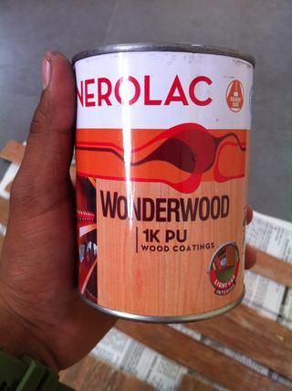 Tome lustre madera y pintar toda la madera contrachapada con él. Bueno, esto acaba de mejorar el color original de la madera.