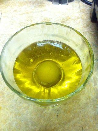 Ponga el aceite de oliva en un tazón.