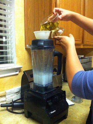 Añadir el aceite de oliva y mezcla de cera de abejas al agua y mezclar hasta que quede como .........