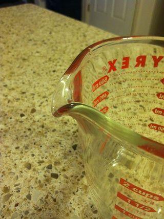 Yo uso Pyrex para mezclar todos mis ingredientes bec. Tiene un pico fácil verter a mi botella de aerosol vacío.