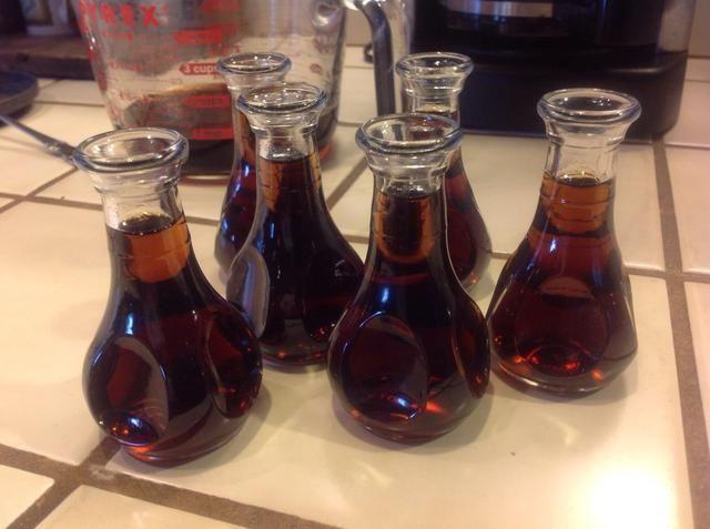 Guarde las sobras en un frasco tapado en el refrigerador. Puede ser calentado en el microondas o estufa para un jarabe caliente.