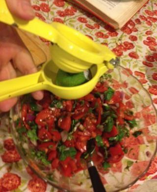 Y apretar las dos mitades en la mezcla de la salsa.