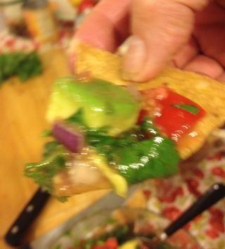 Ahora, usando un chip de tortilla de mi otra guía (sobre cómo hacer totopos caseros) chapuzón en la prueba de la salsa y el sabor. Oh eso's good! (Sorry this picture is out of focus.)