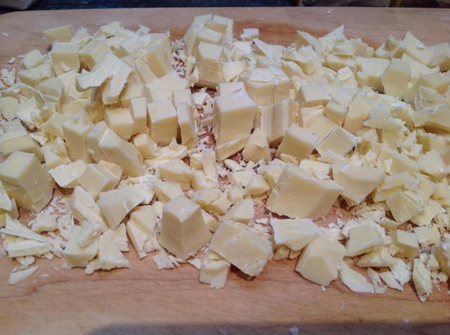 Pesar 125 gramos de chocolate blanco y luego se trocean para que sea más rápido a derretirse.