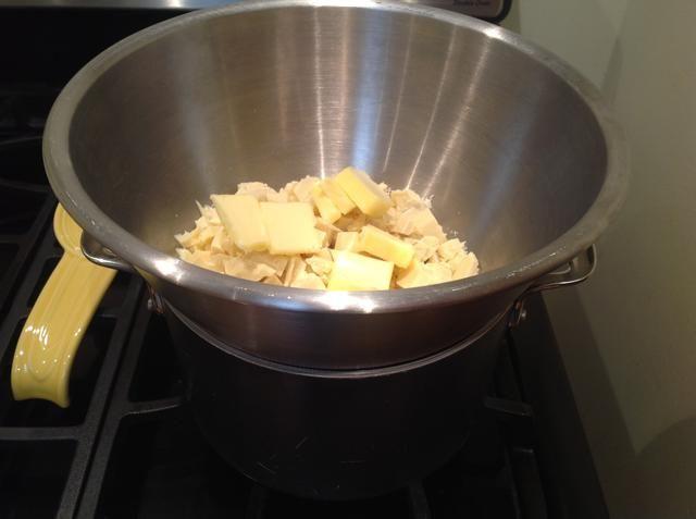 Combinar el chocolate blanco y la mantequilla en un recipiente y volver a montar la caldera doble. usted'll want to occasionally stir the ingredients to help them melt.