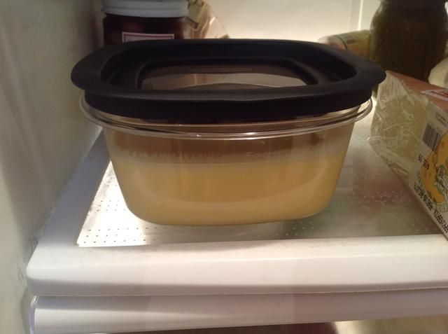 Ponga la mezcla en un recipiente y guárdelo en el refrigerador hasta que esté completamente frío. Esto probablemente tomará un par de horas. Si quieres puedes preparar este un día de antelación.