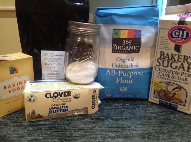 Reúna sus ingredientes para la torta dulce: harina para todo uso, sin azúcar en polvo de cacao alcalinizada, bicarbonato de sodio, de mantequilla sin sal, sal kosher, y el azúcar granulada.