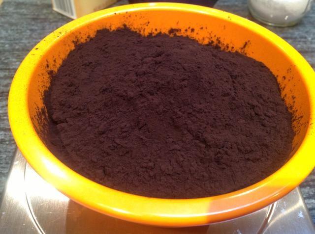 Pesar 87 gramos de cacao en polvo sin azúcar alcalinizada. Estamos utilizando Guittard Cacao Noir que es una impresionante cacao en polvo oscuro.