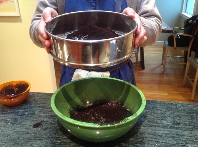 Tamizar el cacao y el bicarbonato de sodio en el recipiente con la harina.