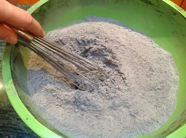 Después de batir el cacao, la harina y el bicarbonato de sodio se deben mezclar bien juntos.