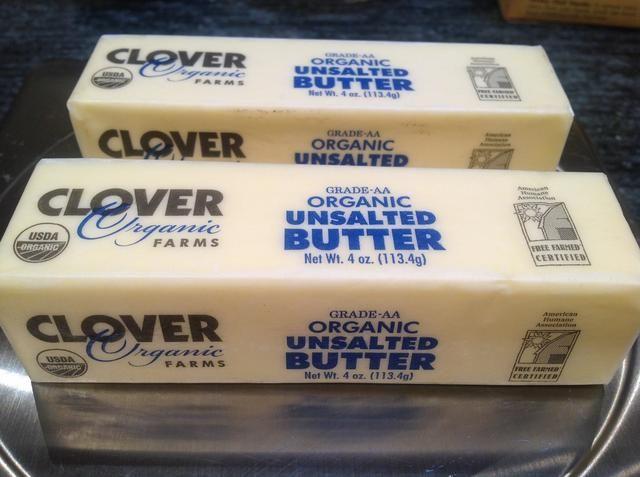 Pesar 227 gramos de mantequilla sin sal a temperatura ambiente.