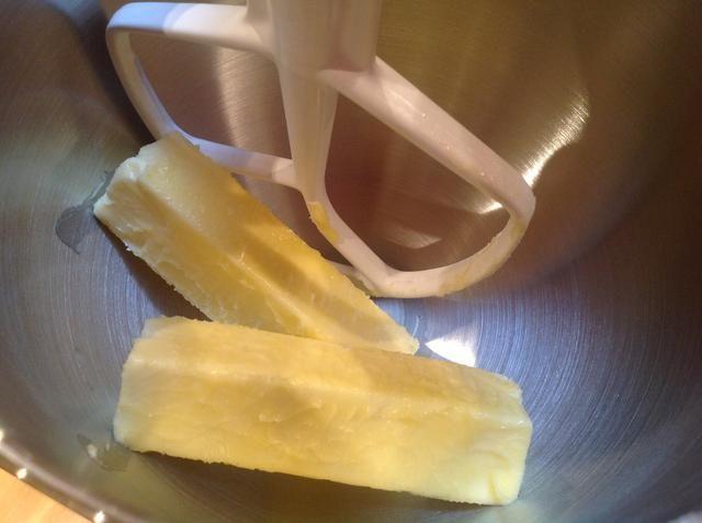 Añadir la mantequilla a temperatura ambiente en el recipiente de una batidora de pie. El uso de la pala mezclar la mantequilla a velocidad media-baja hasta que quede suave.