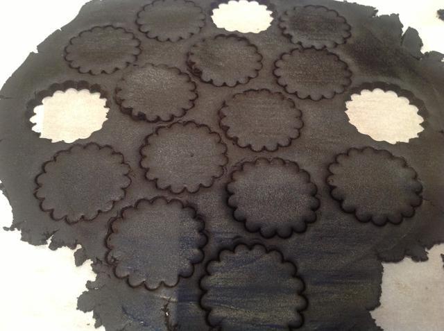 He utilizado una espátula del desplazamiento para transferir estas rondas del papel de pergamino a la bandeja para hornear.