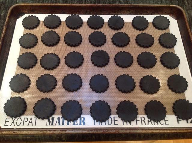 Organizar las rondas en una bandeja forrada con papel pergamino o un silpat, dejando 3/4 de pulgada entre ellos. Hornear durante 9 a 11 minutos, volteando las cacerolas a mitad de camino a través, hasta que las galletas son fragantes.