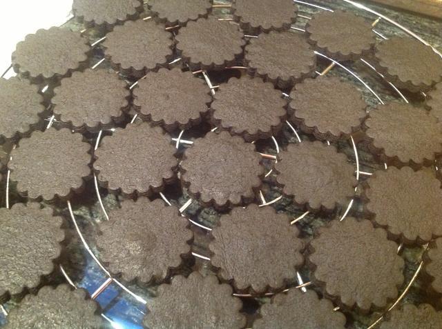 Después de las galletas han sido fuera del horno durante 5-10 minutos transferirlos de la cacerola de la hoja a una rejilla para enfriar completamente.
