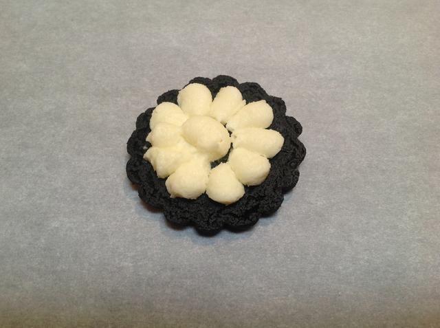 Pipe lágrimas largas en un anillo en cada una, comenzando 1/8 de pulgada desde el borde de la cookie, y luego, trabajando hacia el centro, tuberías anillos concéntricos de lágrimas para cubrir la cookie.