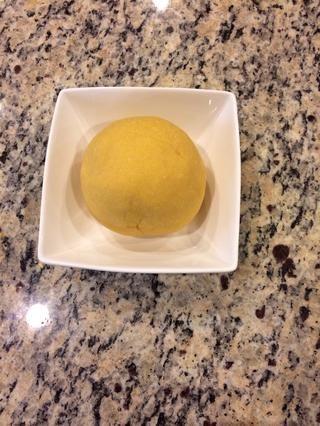 Formar una bola y dejar de lado hasta que esté listo para hacer la pasta