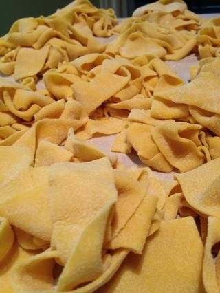 Colocar la pasta en un montón de pequeñas pilas - principalmente sólo a la parte de fuera y asegúrese de que se seque en lotes más pequeños. En este punto se puede congelar / refrigere la pasta - o seguir adelante y hervirlo!