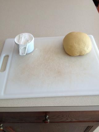 Después la masa se sienta que está listo para formar pasta! Asegúrese de que tiene la harina extra para la laminación de la masa