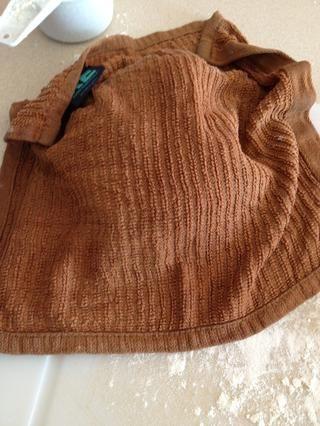 Mientras trabajaba con una sección de la masa, poner a los otros bajo una toalla húmeda por lo que don't dry out