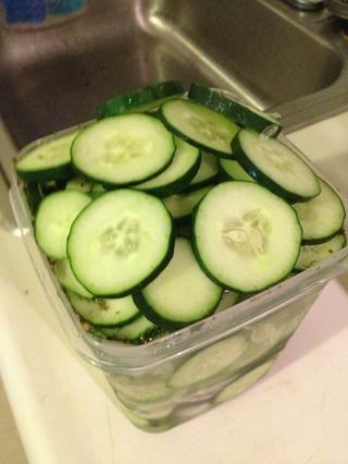 Sobrellenado del contenedor, pulse las verduras hacia abajo, y luego presione la tapa, quitar todo el aire del lote que pueda. Hago esto en el lavabo para cuando el líquido de decapado se derrama.