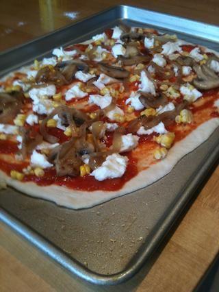 Transfiera la masa en bandeja de horno engrasada y cubrir con ingredientes deseados. Elegí salsa de tomate, cebollas salteadas y setas, maíz y mozzarella fresca.