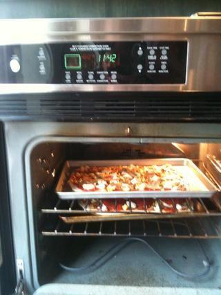 Hornear pizzas a 480 grados durante 12-15 minutos o hasta que la masa esté dorada y crujiente.