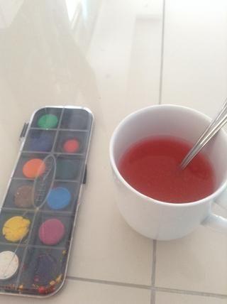 Llene la mitad de la taza con agua y añadir algunas acuarelas o colorantes alimentarios.