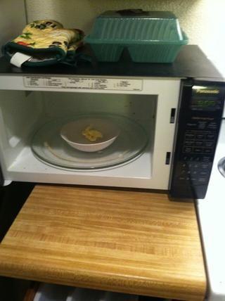 Derrita la mantequilla en el microondas durante unos 10 segundos.