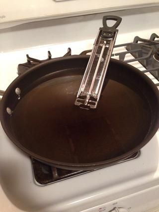 Calentar el aceite a aproximadamente 285 F. I don't have a deep fryer, so I use a deep pan and a candy thermometer to gauge my temp.