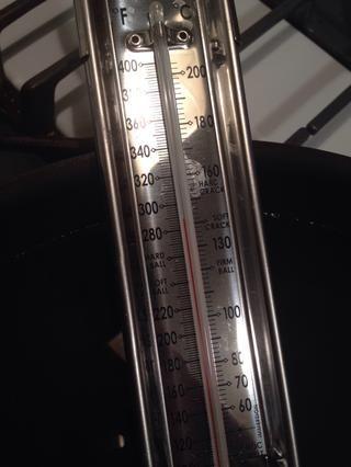 Bien. 285 (más o menos) F. Estamos listos para cocinar! Antes de poner cualquier cosa en el aceite asegúrese de que la temperatura se ha estabilizado. Usted don't want to start cooking and then realize the heat rose to 400 degrees.
