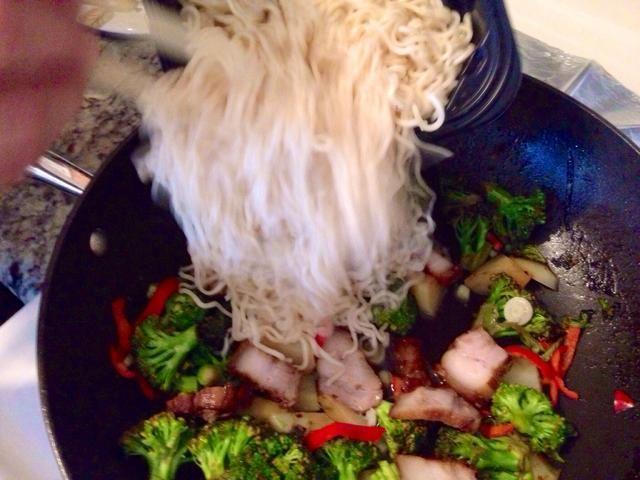 Añadir la carne en el wok y añadir sus fideos cocidos. Para hacerlo más fácil, puede utilizar los fideos envasados.