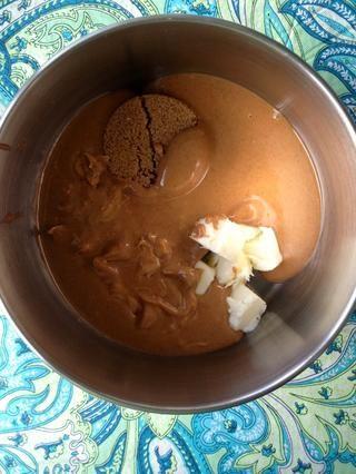 Añadir la mantequilla de maní, el azúcar moreno y la mantequilla en una cacerola mediana. Derretir juntos a fuego medio hasta que esté burbujeante en los bordes, revolviendo constantemente.