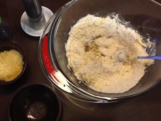 Mezcle todos los ingredientes bien en un bol para hacer una masa ligeramente pegajosa.