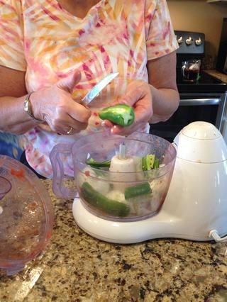 Añadir 1/2 jalapeño fresco al procesador de alimentos. Para más intensidad del calor agregar las semillas.