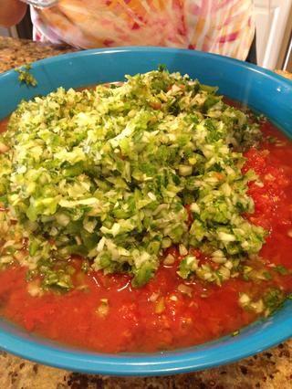 Agregue la mezcla picada de tomate en un tazón.