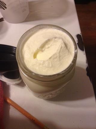 Después de un rato obtendrá crema batida! Añadir un poco de azúcar y el lugar de su postre favorito! Estamos haciendo la mantequilla por lo que necesitamos para seguir adelante!