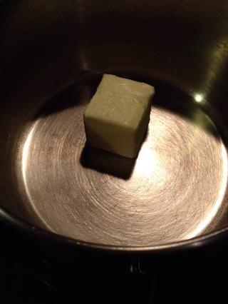 Es hora de empezar el turrón: añadir la mantequilla a una cacerola mediana. Derretir a fuego medio.