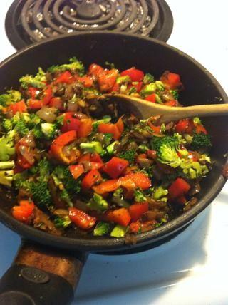 Combinado todo en la olla y salteado todo hasta que esté bien cocido.