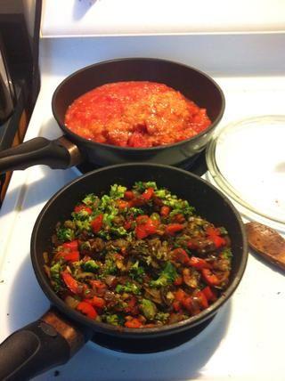 Calienta hasta los tomates y los trajo a fuego lento constante durante unos minutos, y luego añadió en todas las verduras.