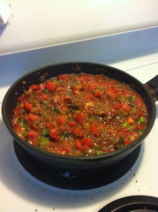 Esto debe parcialmente burbuja y hervir, tapado, durante bastante tiempo para llevar a cabo todos los sabores. El contenido de agua de los tomates lo hizo un poco aguado, así que terminó añadiendo un poco de almidón de maíz.