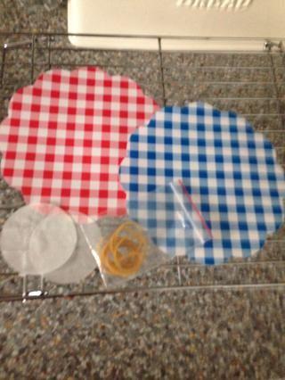 Recibe las extremidades florecidas, bandas elásticas, discos de plástico y discos de cera listos. Estos serán para las tapas de los frascos de mermelada. Asimismo, mantendrá el fresco mermelada. Añadir estos cuando el atasco se enfríe por completo.