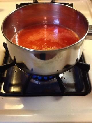 Añadir la ralladura de los limones, las fresas, y 3 tazas de agua en una cacerola mediana. Heat el medio durante 15 minutos y se deja hervir hasta que se vuelve rosa.