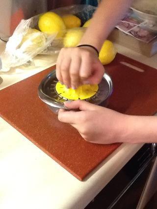 Deje puré se enfríe. Aunque's cooling squeeze 2 cups of lemons