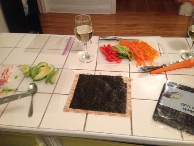Acuéstese el papel de algas en la parte superior del rodillo de bambú. Mientras el arroz se está cocinando a ti mismo verter un vaso de vino. -)