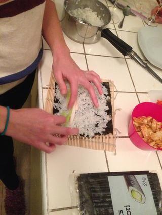 Es hora de arreglar las verduras! Como se puede ver también rellenos de cangrejo y pollo. Yo sólo se utiliza pollo, sushi doesn't have to be fishy! Place it horizontally across the seaweed about 1/4 of the way up