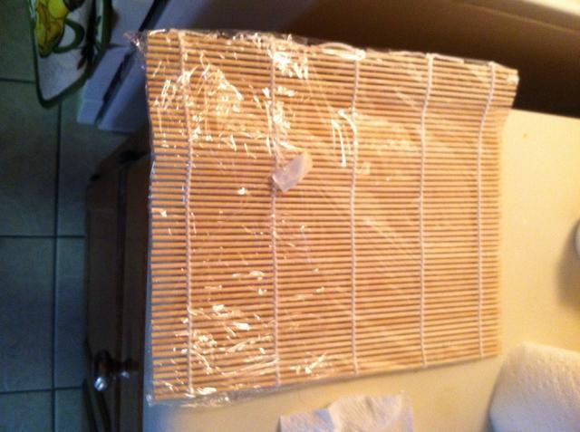 Envuelva su esterilla de bambú en una envoltura de plástico para mantener limpio y evitar que se pegue.