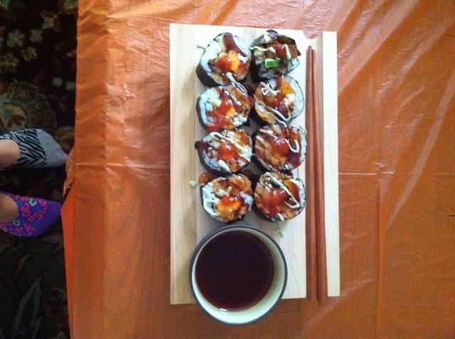 Salsa para arriba. Solía unagi (anguila) salsa, mayonesa de wasabi y chile dulce. Mayonesa picante también es buena o algunas semillas de sésamo. Añadir el jengibre y wasabi, si quieres. ¡Disfrutar!