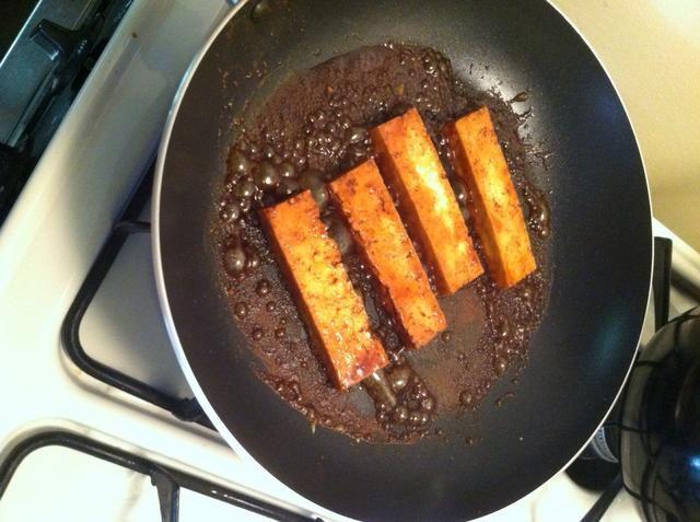 Cocine su proteína. Usted puede utilizar el pescado crudo o carne de cangrejo o pollo o carne o simplemente que sea vegetariano. Pero prepararlo mientras que el arroz se está cocinando.