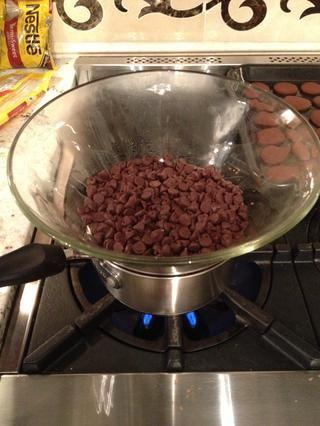 Mientras que las galletas son hornear, derrita el chocolate con una caldera doble.